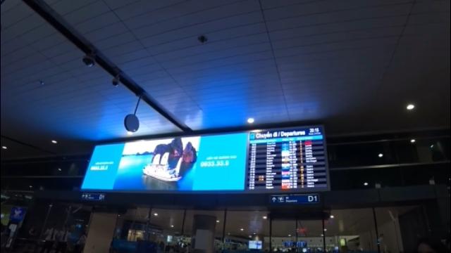 ホーチミンのタンソンニャット国際空港のベトナム航空窓口で搭乗手続き