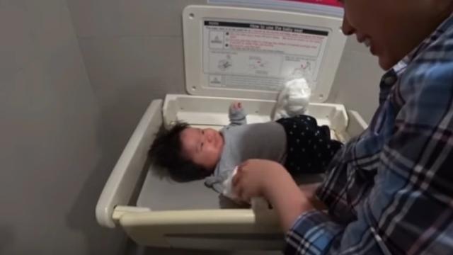 ホーチミンのタンソンニャット国際空港内のトイレで娘のオムツ替え